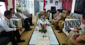 Wakil Bupati Ferizal Ridwan rapat terbatas dengan Kepala BPJS Bukittinggi dan Kepala Dinas Sosial Tenaga Kerja terkait wacana pemberian jaminan tenaga kerja bagi perangkat nagari.
