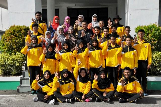 wawako berfoto bersama dengan para peserta jambore saka kencana dari kota pariaman
