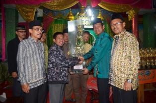 wawako menyerahkan tropy juara umum pada delegasi desa marunggi-1