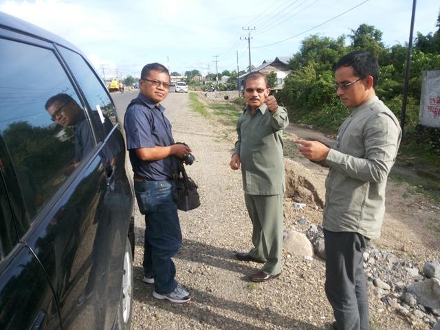 Bupati Ali Mukhni minta masyarakat memanfaatkan layanan pengaduan SMS nomor 08116942000 saat tinjau Jalan By Pass di Batang Anai (8/9)