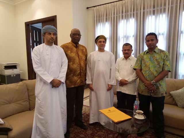 Bupati Padang Pariaman Ali Mukhni, Duta Besar Oman untuk Indonesia beserta staf di Kantor Dubes Oman di Jakarta baru-baru ini. (foto/humas)