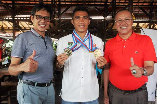 2 Emas Yospi Boby, sprinter terbaik Indonesia asal Sumbar diacungkan jempol oleh Gubernur H Irwan Prayitno dan Ketua Kontingen H S Budi Syukur.