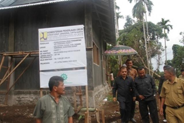 Bupati Ali Mukhni didampingi Direktur PDAM Aminuddin tinjau meninjau pembangunan ruang instalasi pengolahan air di di Nagari Malai V Suku.