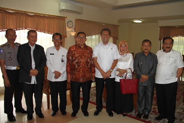 Menteri Pendayagunaan Aparatur Negara dan Reformasi Birokrasi Asman Abnur, Wakil Ketua DPR RI Fadli Zon, Wagub Nasrul Abit dan Bupati Ali Mukhni di Ruang VIP Bandara Internasional Minangkabau, Rabu (14/9).