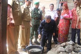 Bupati Padangpariaman Ali Mukhni Peletakan Batu Pertama Bedah Rumah