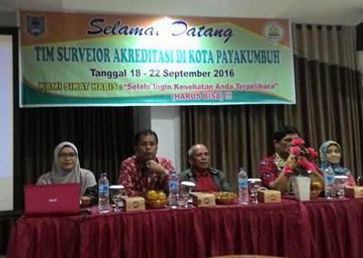 Tim Surveior Dinkes RI bersama Asisten II Amriul dan Kadinkes Elzadaswarmanm saat diskusi akreditasi di Puskesmas Tarok, Rabu (21/9).