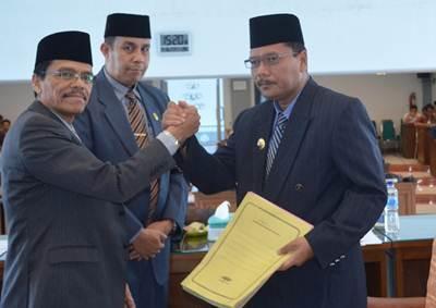 Bupati Limapuluh Kota Irfendi Arbi didampingi Sekdakab  H. Yendri Tomas dan Wakil Ketua DPRD Sastri Andiko salam komando dengan Ketua DPRD Safaruddin usai Rapat Paripurna.
