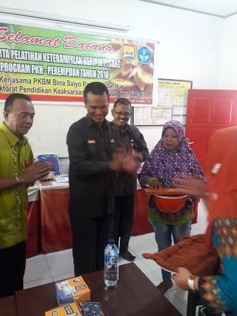 Genius Umar menyerahkan alat secara simbolis kepada peserta pelatihan (2)