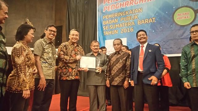 Bupati Ali Mukhni menerima Piala dan Penghargaan Peringkat II pada  Pemeringkatan Badan Publik Kategori Kabupaten/Kota Se-Sumbar dari  Menteri Desa, Pembangunan Daerah Tertinggal dan Transmigrasi Eko Putro Sandjojo di Hotel Bumiminang, Kamis (8/9).
