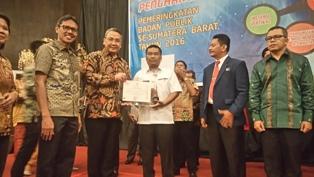 Wali Nagari Lubuk Pandan Budiman menerima Piala dan Penghargaan Peringkat II pada  Pemeringkatan Badan Publik Kategori Desa Se-Sumbar dari  Menteri Desa, Pembangunan Daerah Tertinggal dan Transmigrasi Eko Putro Sandjojo di Hotel Bumiminang, Kamis (8/9).