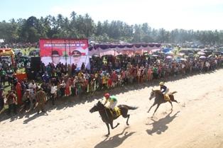 Suasana pacuan kuda di Paguah Duku Banyak, Nagari Balah Aia, Kecamatan VII Koto, Minggu (18/9)