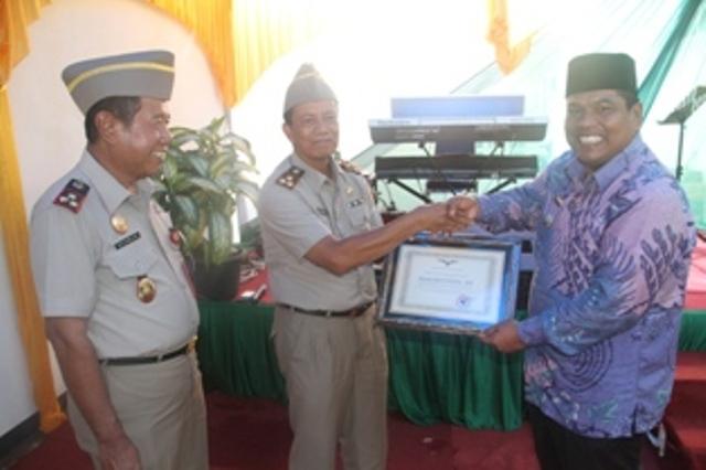 Wakil Bupati Padangpariaman Suhatri Bur Menyerahkan Penghargaan kepada kepala BPN Padangpariaman