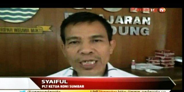 Plt Ketum KONI Syaiful SH MHum di arena PON sempatkan diwawancarai media.
