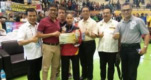 Plt Ketum KONI Syaiful SH MHum emas bersama Cory Mita Kurnia