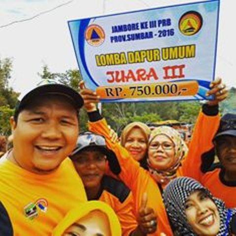 Kontingen Padang Pariaman berfoto bersama setelah berhasil meraih juara tiga pada Lomba Dapur Umum Jambore Pengurangan Resiko Bencana ke III Tingkat Provinsi Sumatera Barat