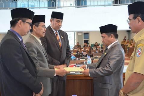 Ketua DPRD menyerahkan salinan pandangan umum masing-masing fraksi kepada Wakil Bupati Ferizal Ridwan.