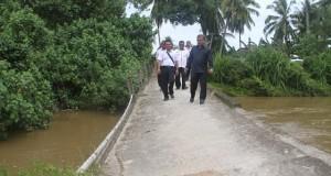 Bupati Padangpariaman Ali Mukhni Meninjau Jembatan Rusak