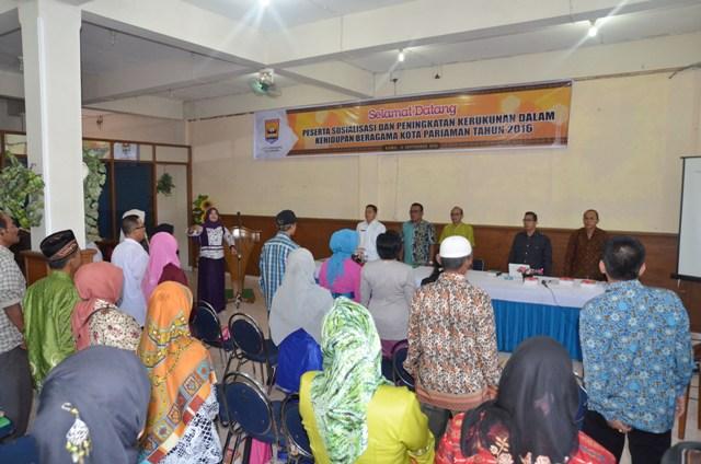 para narasumber dan peserta sosilisasi kerukunan antar umat beragama menyayikan lagu indonesia raya (1)