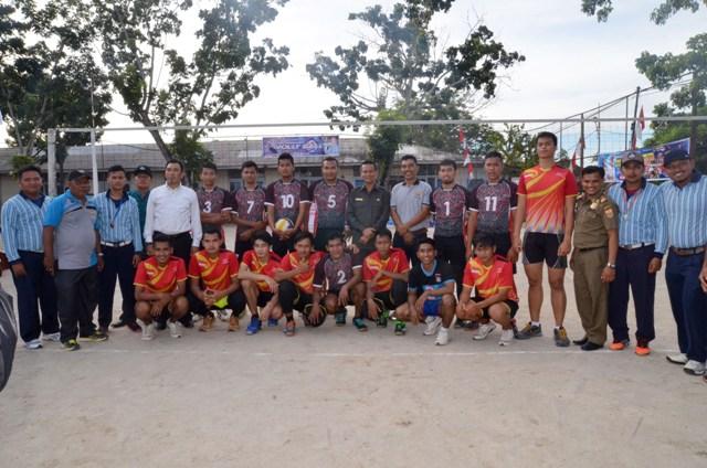 wawako berfoto bersama para wasit, peserta dan tamu undangan turnament bola volly (1)