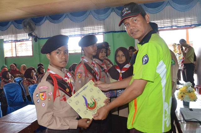 wawako berikan piagam penghargaan peserta jamnas x kontingen kota pariaman (foto/humas)