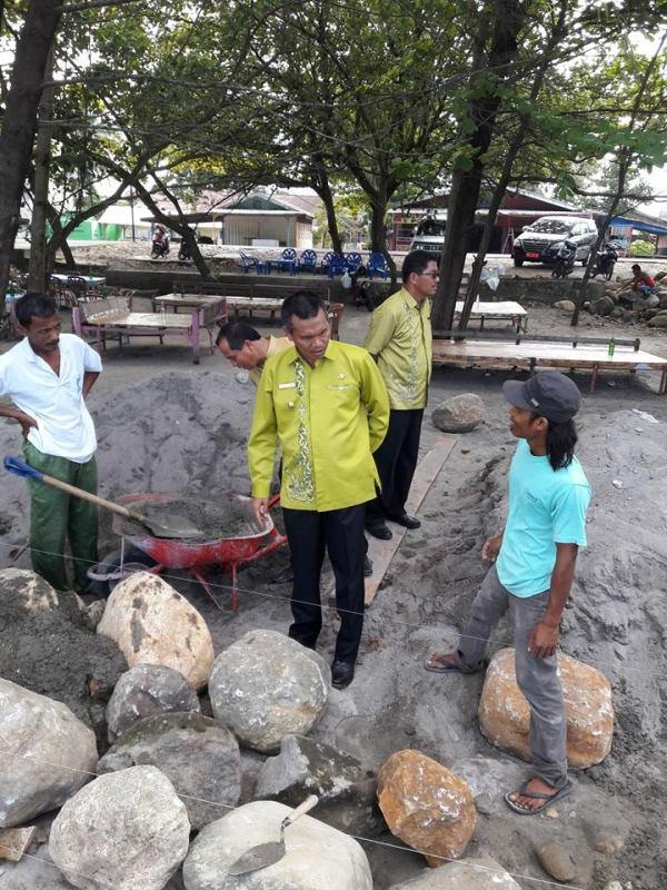 wawako didampingi kadis PU menin jau pelaksanaan pembangunan di pantai pariaman (1)