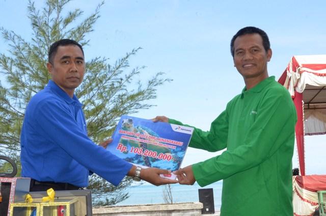 wawako menerima bantuan dari Operation Head DPPU MIA Ridwan