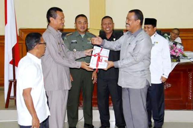 wawako menyerahkan nota KUA dan PPAS Kota pariaman tahun 2016 ke Ketua DPRD Mardison Mahyuddin