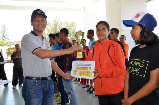wawako serahkan hadiah kepada pemenang lomba lari 10k untuk umum se sumbar2