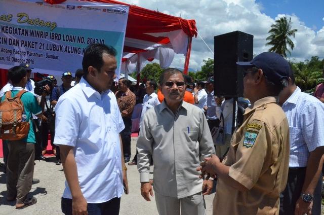 Bupati Ali Mukhni berdialog dengan Kabag Pertanahan terkait pembebasan lahan pembangunan strategis di di Lubuk Alung, Selasa (18/10).