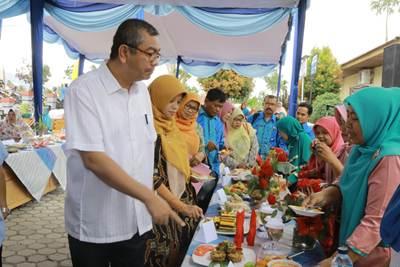 Walikota mencoba masakan peserta yang mengikuti lomba masak di kantor ketahanan pangan Kota Payakumbuh.