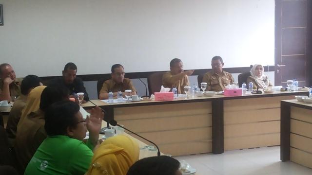 Bupati Ali Mukhni minta inspektorat untuk menindak tegas dan pemberian hukuman disiplin terhadap ASN yang tidak masuk kantor saat memimpin rapat evaluasi kinerja di Kantornya, Senin (3/10).