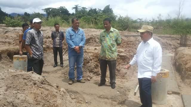 Bupati Ali Mukhni Saat Meninjkau Proyek Pembangunan di Lingkungan Kantor Bupati Padangpaariaman, Kamis 13 Oktober 2016