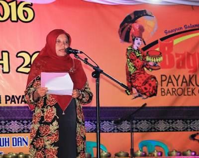 Ketua Dekranasda Kota Payakumbuh Ny. Henny Riza Falepi dalam sambutan selaku Ketua Panitia Bagodang 2016. Foto: JE