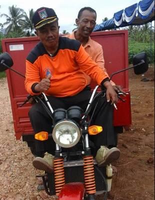 Lurah Gusmardi tampak energik bersama warga lakukan goro persiapan peresmian Kantor Kelurahan Talang yang baru.