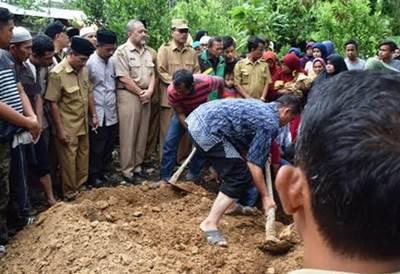 Bupati Limapuluh Kota Irfendi Arbi menyalami putera dan puteri almarhum Wali Nagari Talang Anau Amrizal Dt. Naro Nan Tanpan usai prosesi pemakaman almarhum, Selasa (18/10).