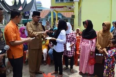 Bupati Limapuluh Kota Irfendi Arbi menyerahkan bantuan PKH secara simbolis bagi para Keluarga Sangat Miskin (KSM) di Jorong Gurun Nagari Situjuah Banda Dalam di halaman kantor Wali Nagari Situjuah Banda Dalam, Selasa (4/10).