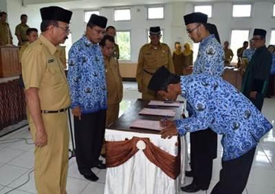 Bupati Limapuluh Kota Irfendi Arbi mengambil sumpah jabatan 1.070 orang ASN disaksikan Wakil Bupati Ferizal Ridwan.