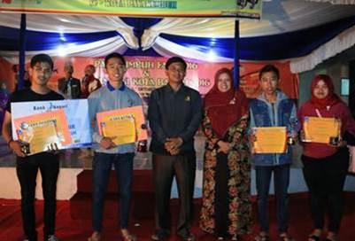 Ketua Dekranasda Payakumbuh berfoto dengan para juara.