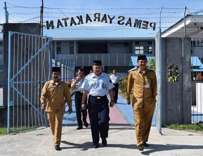 H. Zakaria melewati gerbang LPKA II Tanjung Pati
