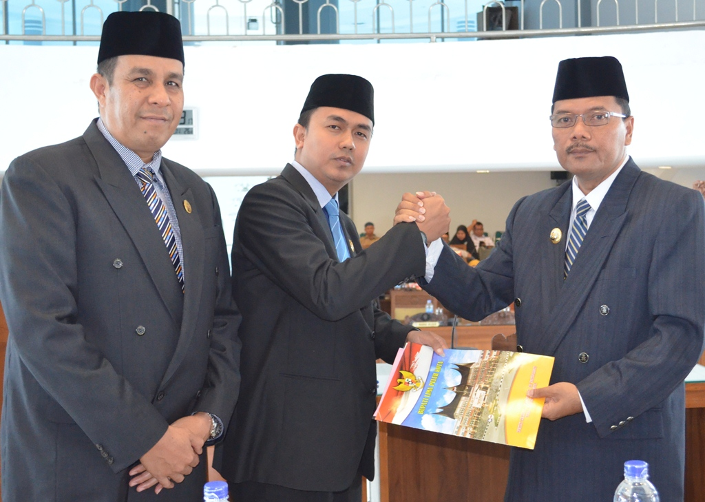Bupati Lima Puluh Kota Irfendi Arbi serahkan nota  keuangan APBD Perubahan 2016 kepada wakil ketua DPRD Deni Asra  didampingi Sastri Andiko Dt. Putiah.