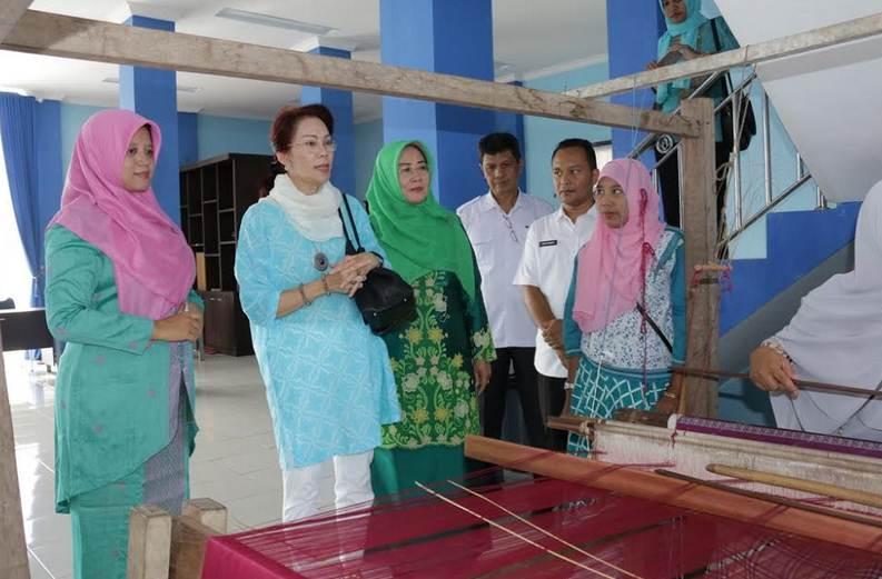 Ketua Dekranas Pusat Borong Tenun Balai Panjang Payakumbuh