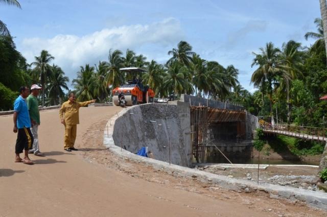 Bupati Ali Mukhni meninjau sejumlah proyek di Kecamatan Ulakan Tapakis, Selasa (25/10)