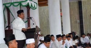 Wakil Bupati  Suhatri Bur memberikan arahan kepada masyarakat pada acara mengenang gempa 30 september 2009