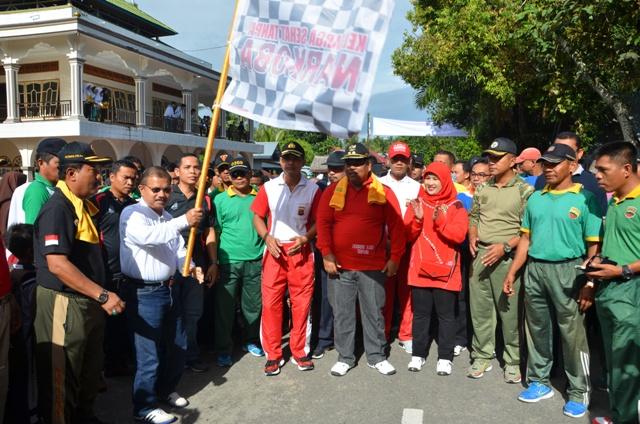 Bupati Ali Mukhni Meangkat Bendera Dimulainya Gerak Jalan Sehat Pada Acara HANI di Padangpariaman, Rabu-12-10-2016.