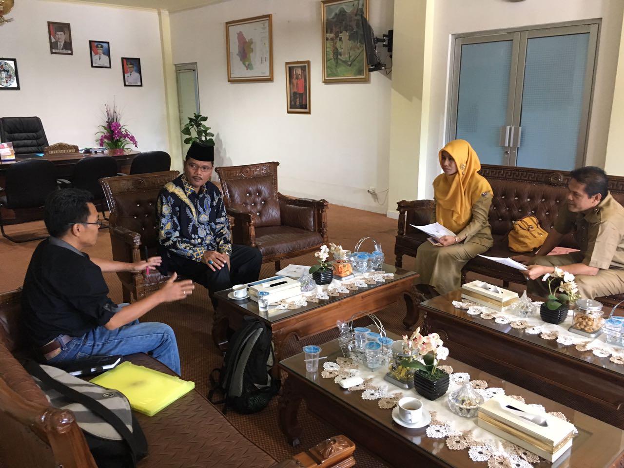 Bupati Irfendi Arbi saat berdiskusi dengan tim bhakti sosial Mapala Unand di ruang kerjanya, Selasa (25/10).