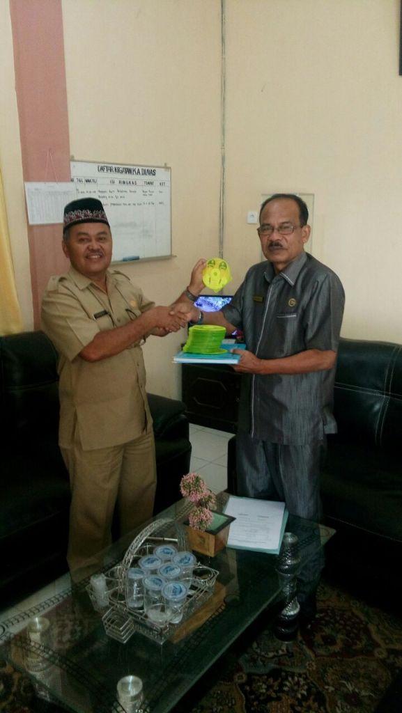 Kepala KAP Payakumbuh H. Zulrefri menyerahkan kepingan CD, hasil puluhan ribu scaner ijazah pelajar Payakumbuh kepada Kadisdk H. Hasan Basri, Selasa.
