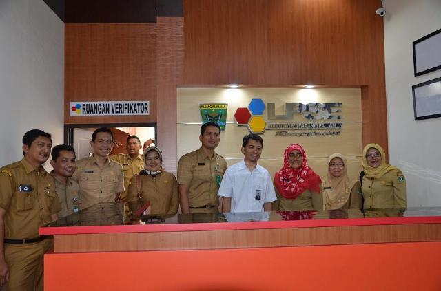 LPSE Padang Pariaman bersama Tim LKPP, serta Kepala LPSE Provinsi Rina Bur berfoto bersama