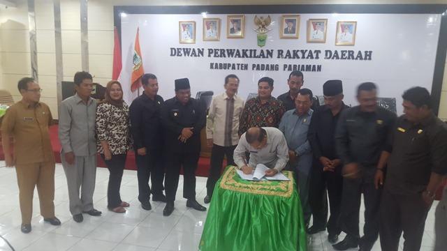 Bupati Ali Mukhni Berfoto Bersama Dengan DPRD Padangpariaman saat persetujuan Ranperda menjadi Perda, Selasa 18-10-2016