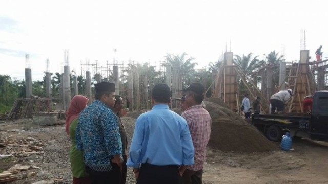 Wakil Bupati Suhatri Bur pada saat meninjau pembangunan Puskesmas Nagari Ketaping, Padangpariaman