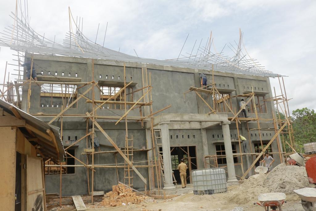 Rumah tenun yang dibangun Pemko di Tangah Padang Kelurahan Balaipanjang, Payakumbuh Selatan, yang tengah dipacu penyelesainnya.